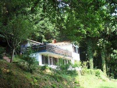 Haus am Waldrand mit Trifelsblick