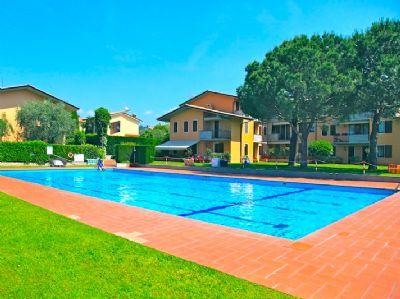 BARDOLINO: Dachgeschoss Wohnung in schöner Wohnanlage mit Pool, 200mt vom Zentrum.